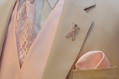 在无尾礼服翻领的桃红色丝带 免版税库存图片