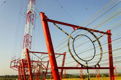 在无线电广播发射机塔Liblice的通信导线在捷克共和国 库存图片