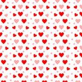 在无缝的样式的红色和桃红色心脏在白色 库存照片