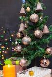 在无缝的背景的装饰的圣诞树 库存图片