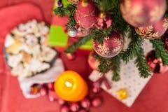 在无缝的背景的装饰的圣诞树 免版税库存照片