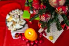 在无缝的背景的装饰的圣诞树 库存照片