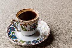 在无背长椅杯子的土耳其咖啡 免版税库存图片
