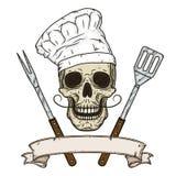 在无边女帽和横渡的烤肉工具的头骨 动画片头骨在手中被画的样式 厨师头骨 免版税库存照片