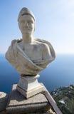 在无限大阳台的一个雕象在别墅Cimbrone庭院里 库存图片