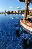 在无限水池的游泳酒吧在热带 库存图片