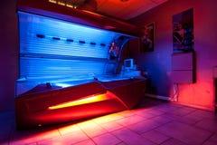 在日光浴室工作室的晒黑的河床 免版税图库摄影