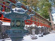在日光Toshogu寺庙之外的古老古铜色灯笼 免版税库存图片