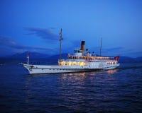 在日内瓦湖的旅游汽轮蒙特勒在日落以后 免版税库存图片