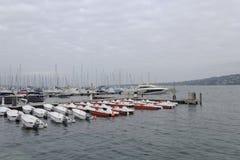 在日内瓦湖的秀丽五颜六色的游艇在日内瓦, 2013年10月8日 免版税库存图片