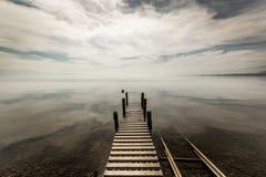 在日内瓦湖的镜子玻璃天 免版税库存图片