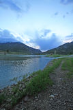 在日出下的斯内克河在它遇见灰色河的高山怀俄明覆盖 免版税库存照片