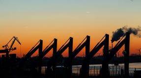 在日出之前的工业风景 免版税库存照片