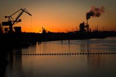 在日出之前的工业风景 库存照片