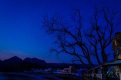 在日出之前的渔村 免版税库存图片