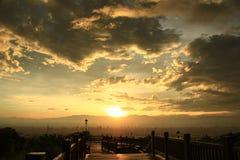 在日出之前的风和云彩 免版税库存图片