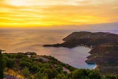 在日出伯罗奔尼撒玛尼的希腊海岸 图库摄影