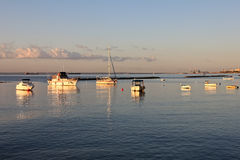 在日出光芒的小船  库存照片