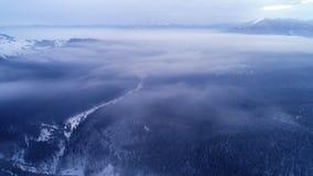 在日出冬天山的鸟瞰图 股票录像