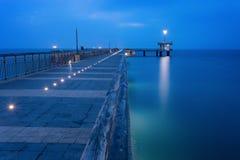 在日出前在布尔加斯海湾 桥梁在布尔加斯,保加利亚 长的曝光,蓝色小时 凯口岸 免版税库存图片