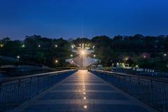在日出前在布尔加斯海湾 桥梁在布尔加斯,保加利亚 长的曝光,蓝色小时 凯口岸 库存图片