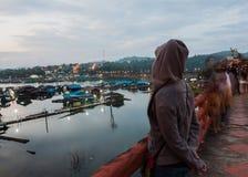 在日出前浮动木筏,竹桥梁 库存照片
