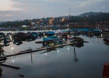 在日出前浮动木筏 图库摄影