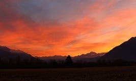 在日出前的五颜六色的天空 免版税库存图片