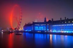 在日出前的伦敦地平线在有雾的天气 图库摄影