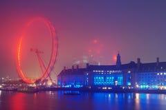 在日出前的伦敦地平线在有雾的天气 免版税库存照片