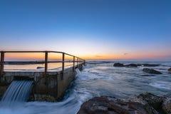 在日出前的北部卷毛卷毛海滩 免版税库存照片