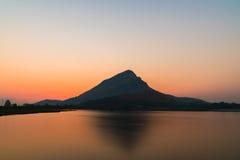 在日出前的山湖 免版税库存图片