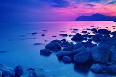 在日出前的岩石海滨 免版税库存照片