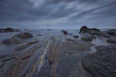 在日出前的海景在多云早晨 美好的自然海景,蓝色小时 岩石日出 在黑海coas的海日出 库存图片