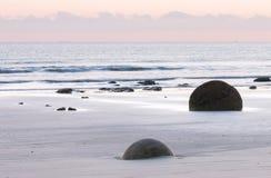 在日出前的海洋岸 库存图片