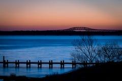 在日出前的清早桥梁 免版税库存照片