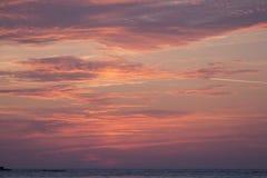 在日出前的灼烧的多云天空 库存图片