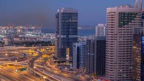 在日出前的迪拜小游艇船坞摩天大楼空中顶视图从JLT在对天timelapse,阿拉伯联合酋长国的迪拜夜 影视素材