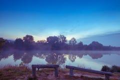在日出前的镇静湖 免版税库存照片