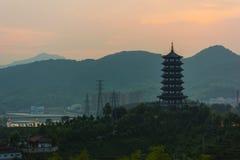 在日出前的龙泉塔 免版税库存图片