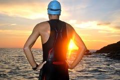 在日出前面的年轻运动员三项全能 免版税库存照片