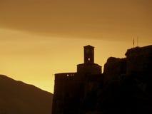 在日出前!Gjirokaster城堡,阿尔巴尼亚剪影反对清早天空的 图库摄影