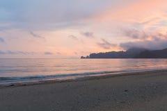 在日出口气期间的自然海滩 库存照片