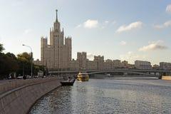 在日出和游艇saiMo的莫斯科市中心高层塔 免版税图库摄影