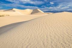 在日出天空的沙丘在死亡谷 库存图片