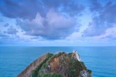 在日出天空的美丽的云彩在海洋 库存图片