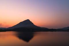 在日出时间前的Mountain湖 库存照片