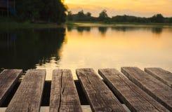在日出时间后的老木桥梁 库存图片