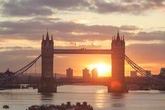 在日出期间的塔桥梁在伦敦,英国 库存照片