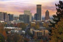 在日出期间的波特兰街市都市风景在秋天 免版税库存图片